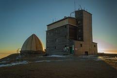 Resista al stationPeak en Botev, el pico más alto de las montañas del planina de Stara en la puesta del sol foto de archivo libre de regalías
