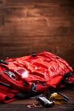 Resista a la mochila, a las gafas de sol y al engranaje para la bicicleta en el fondo de madera Fotos de archivo libres de regalías