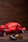 Resista a la mochila, a las gafas de sol y al engranaje para la bicicleta en el fondo de madera Fotografía de archivo libre de regalías