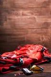 Resista a la mochila, a las gafas de sol y al engranaje para la bicicleta en el fondo de madera Foto de archivo