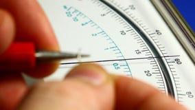 Resistencia de medición con el multímetro análogo almacen de video