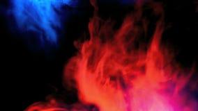 Resistencia del humo azul y rojo en la c?mara lenta almacen de metraje de vídeo