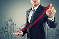 Resistenza dell'uomo d'affari una freccia in aumento allo smartphone fotografie stock libere da diritti