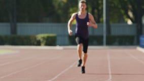 Resistenza di addestramento del corridore da sormontare bruscamente e distanze lunghe, rallentatore video d archivio
