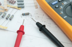 Resistor e multi elétricos - medidor Fotografia de Stock Royalty Free