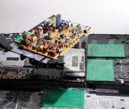 Resistores, diodos del nd de los semiconductores en tablero electrónico Imagenes de archivo