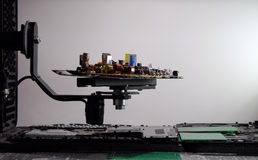 Resistores, diodos del nd de los semiconductores en tablero electrónico Foto de archivo libre de regalías