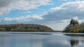 Resivior i most wśród pięknego krajobrazu Fotografia Royalty Free