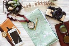 reslust- och loppbegrepp kompass och blyertspenna på översiktsexplori Royaltyfria Bilder