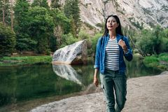 Reslustkvinnafotvandrare på ferie i yosemite fotografering för bildbyråer