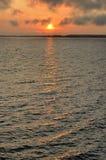 Resning av solen på Irtyash sjön i sydliga Urals, Ryssland Royaltyfria Bilder