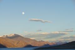Resningmåne över berg Arkivfoto