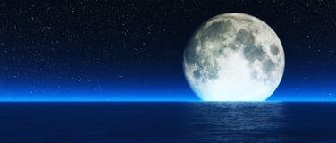 Resningmåne över havet Arkivfoton
