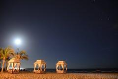 Resningmåne över Stilla havetstranden Arkivfoto