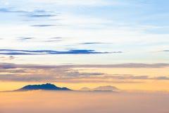 Resningsolen, abstrakta begreppet för himmelmolnsoluppgång, bakgrunden och dimman Arkivbild