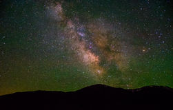 ResningVintergatan över Colorado berg Arkivfoton