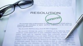 Resolución aprobada, sello sellado en el documento oficial, contrato del negocio imágenes de archivo libres de regalías