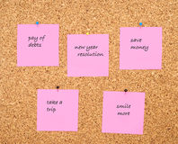 Resolución del Año Nuevo escrita en notas rosadas de la etiqueta engomada Imágenes de archivo libres de regalías