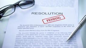 Resolución pendiente, sello sellado en el documento oficial, contrato del negocio fotos de archivo