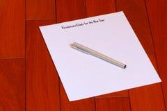 Resoluciones de las metas del ` s del Año Nuevo en el papel con la pluma Fotografía de archivo libre de regalías