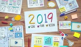 2019 resoluciones del Año Nuevo con el márketing del negocio y el bosquejo digitales del papeleo en la tabla de madera conceptos  imagenes de archivo