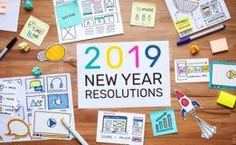 2019 resoluciones del Año Nuevo con el márketing del negocio y el bosquejo digitales del papeleo en la tabla de madera conceptos  fotos de archivo libres de regalías