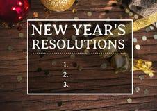 Resoluciones del Año Nuevo contra decoraciones de la Navidad en la tabla de madera Foto de archivo libre de regalías
