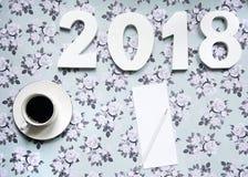 Resoluciones del Año Nuevo 2018 en fondo de la flor con café y el lápiz Imagen de archivo
