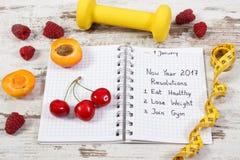 Resoluciones del Año Nuevo escritas en cuaderno en viejo tablero Imágenes de archivo libres de regalías