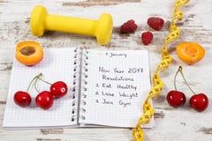 Resoluciones del Año Nuevo escritas en cuaderno en viejo tablero Imagenes de archivo