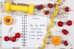 Resoluciones del Año Nuevo escritas en cuaderno en viejo tablero Fotos de archivo