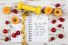 Resoluciones del Año Nuevo escritas en cuaderno en viejo tablero Fotos de archivo libres de regalías