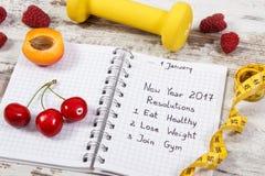 Resoluciones del Año Nuevo escritas en cuaderno en viejo tablero Fotografía de archivo libre de regalías