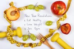 Resoluciones del Año Nuevo, frutas, pesas de gimnasia y centímetro, comida sana y forma de vida Imágenes de archivo libres de regalías