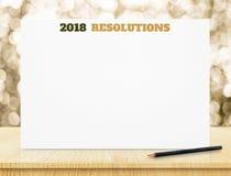 2018 resoluciones en el cartel del Libro Blanco en la tabla de madera con el oro b Fotos de archivo libres de regalías