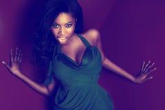 Resoluter vivacious afrikanischer Tänzer Lizenzfreie Stockfotos