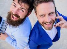 Resolva problemas imediatamente Executivos das caras de sorriso dos advogados Os homens da equipe dos sócios estão para trás para fotografia de stock royalty free
