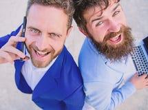Resolva problemas imediatamente Executivos das caras de sorriso dos advogados Os homens da equipe dos sócios estão para trás para imagens de stock royalty free