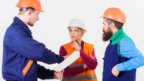 Resolvendo o conceito dos problemas Construtor e coordenador encontrados foto de stock