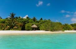 Resort da ilha maldivo com céu azul e água clara azul Imagens de Stock