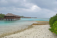 Resort da ilha maldivo durante a estação da monção Imagens de Stock Royalty Free