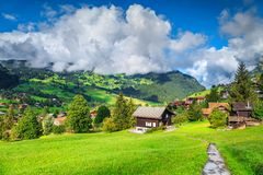 Resort de montanha fantástico nos cumes, Grindelwald, Suíça, Europa foto de stock