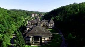 Resort de montanha privado com estufas e para possuir o vídeo da antena do vinhedo vídeos de arquivo