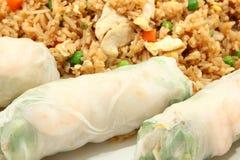 Resorte Rolls del camarón y arroz frito del pollo Fotografía de archivo