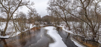 Resorte temprano en el río Panorama Imágenes de archivo libres de regalías