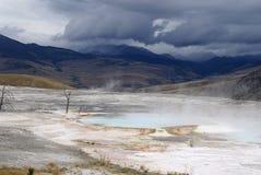 Resortes termales gigantescos, parque de Yellowstone, los E.E.U.U. Imagen de archivo