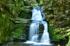 Resovwatervallen dichtbij Rymarov royalty-vrije stock fotografie