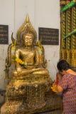 Respect Bouddha de femme agée de la Thaïlande chez Wat Tha Luang Temple, P photographie stock libre de droits
