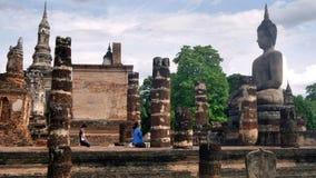 Respect bouddhiste de salaire à la ruine de la sculpture en Bouddha image libre de droits