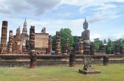 Respect bouddhiste de salaire à la ruine de la sculpture en Bouddha photo stock